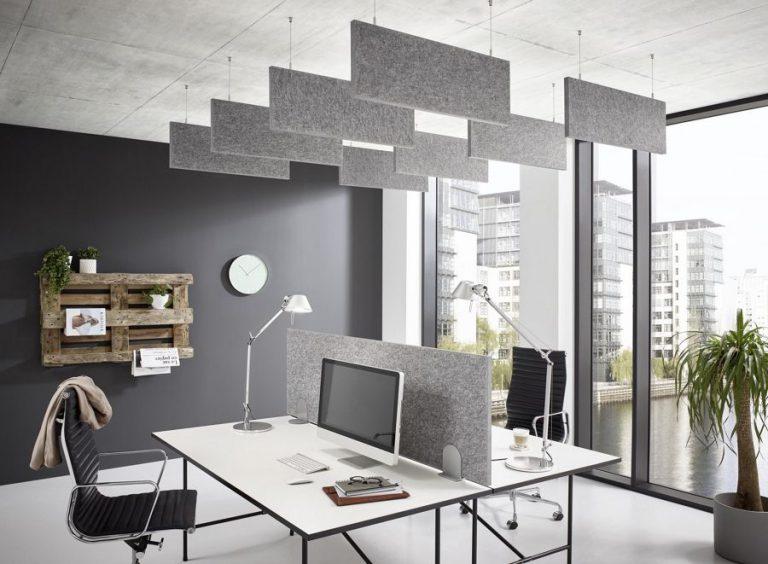 Velas verticales fonoabsorbentes colgadas del techo en una oficina