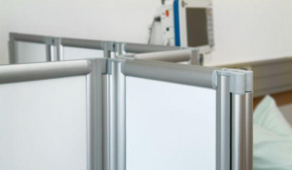 Pantallas con bisagras en poliamida reforzada con fibra de vidrio, giro total que permite colocarlas en línea recta, en L, onduladas o envolventes, evitando el zig zag