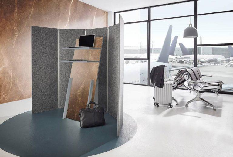 Biombo acústico con absorción de ruido C, en fibras PET comprimidas, en una sala de espera de un aeropuerto