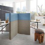 Tabique fonoabsorbente modular Divi Put On en color azul y beige y forma de cruz, para separar espacios de oficina. Clase de absorción de ruido A