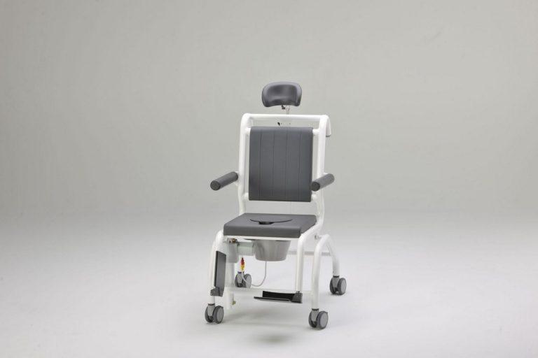 Versátil, puede utilizarse como silla de ducha, de aseo y de cuidados y es especialmente adecuada para pacientes con movilidad muy reducida. Resulta ideal para personas que no pueden sentarse en posición erguida o que no pueden ponerse de pie, puesto que la silla les proporciona una postura reclinada, con un efecto relajante y calmante. La suave regulación de la inclinación, sin saltos por tramos, facilita además el trabajo del auxiliar. La silla SCC 250 Comfort E ofrece al usuario un nivel de seguridad extraordinario gracias a su resistente estructura, en aluminio lacado. El sencillo manejo del sistema de control de la silla, que funciona con batería, permite al auxiliar regular la inclinación del asiento sin perder de vista al paciente, tranquilizándole durante el proceso si es necesario. Los reposapiés, los apoyabrazos, el reposacabezas, la bacinilla y las cómodas almohadillas acolchadas refuerzan la versatilidad