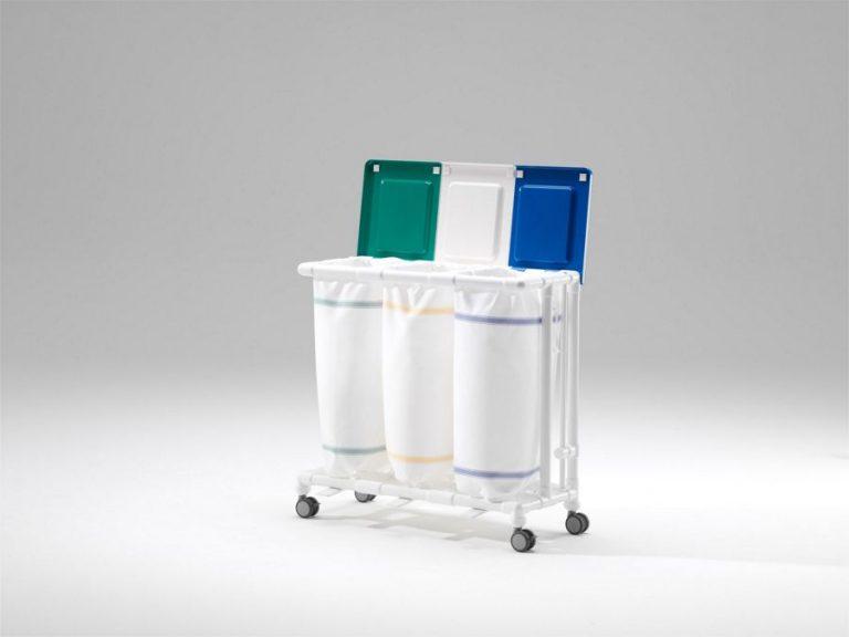 Carro con tapas amortiguadoras del ruido de fácil manejo gracias a sus 4 ruedas dobles de Ø 75 mm en acero y resina, dos de ellas con freno, sistema de sujeción de bolsa sencillo y duradero, tapas disponibles en 5 colores y con refuerzo contra tirones. Muy sólidos y estables gracias a su estructura en resina. Limpieza sencilla: desmontaje de las tapas sin herramientas, colectores de ropa disponibles hasta con 5 bolsas. Bolsas con autovaciado en poliéster, con cierre portafolios, confeccionadas de una pieza, de manipulación aséptica. Se abren completamente dentro de la lavadora