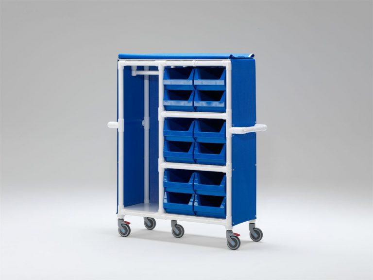 Carro con barra de perchas y cajas para ropa limpia de residentes