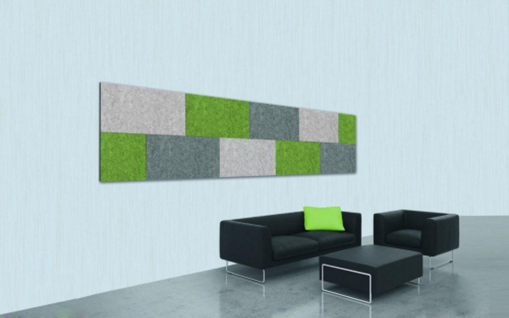 Panel fonoabsorbente Divi Smart fijado en la pared. Composición decorativa en varios colores en zona de sofás de hotel